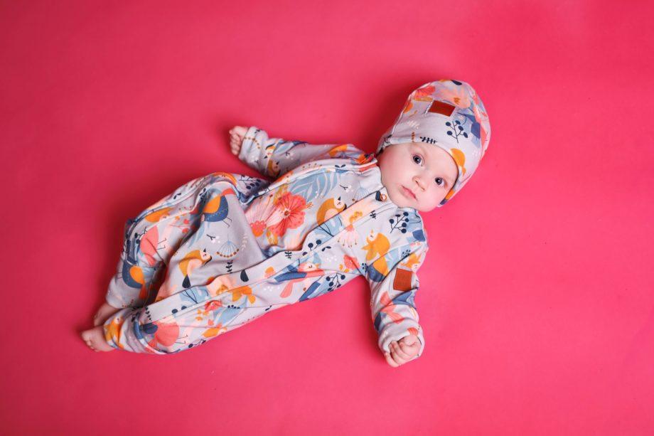 Bardzo wygodny rampers dla niemowląt, rosnący z dzieckiem, który starczy na min. 3 rozmiary. Oryginalne wzory dla chłopców i dziewczynek, certyfikowana bawełna.