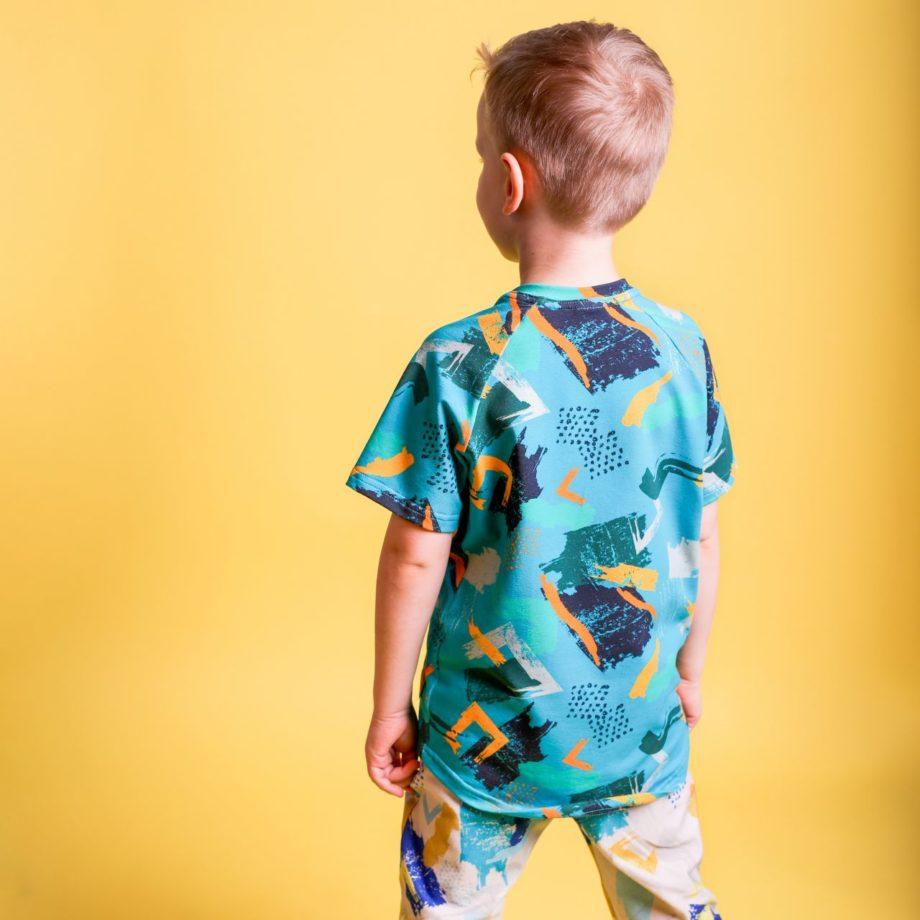 bardzo wygodna t-shirt dla chłopca, idealny na wiosnę. Rośnie z dzieckiem i starcza na min. 3 rozmiary. Oryginalne wzory, auta.